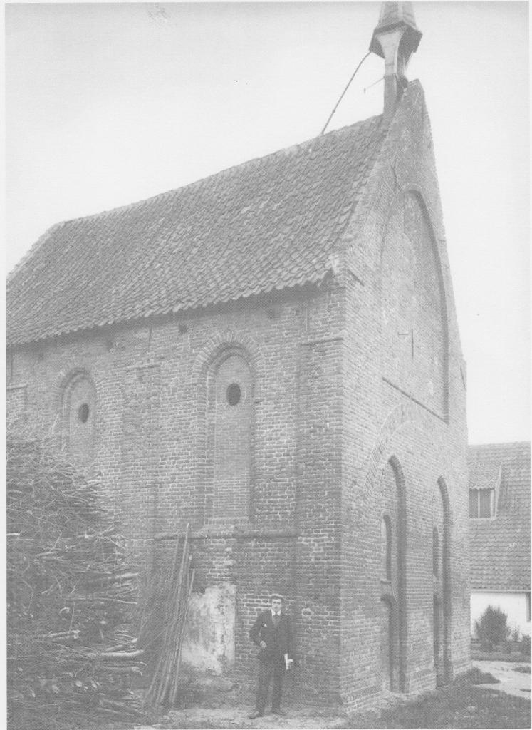Kapel 1902 voor restauratie: pannendak zonder goten, dichte ramen, klokkentorentje pal op Noordgevel.