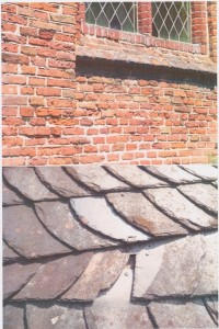Te herstellen metselwerk en te vervangen leien dak (Maasdekking)