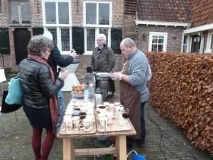 Buiten, met een jas of trui, smaakten de oliebollen prima en erg feestelijk!
