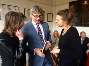 Burgemeester Bolsius in gesprek met de beide dochters van auteur-regent wijlen Pim Verwers